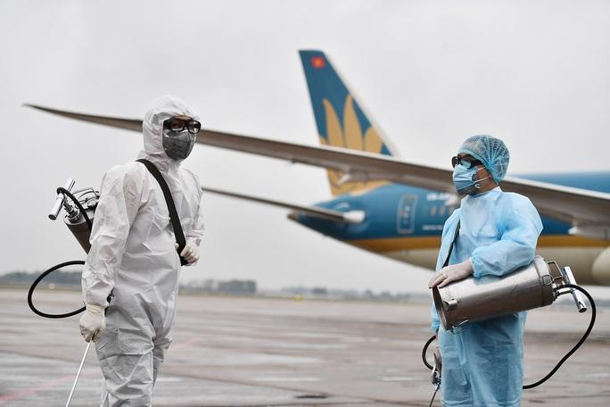 CLIP: Cận cảnh khử trùng máy bay trong dịch virus corona - Ảnh 4.