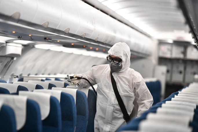 CLIP: Cận cảnh khử trùng máy bay trong dịch virus corona - Ảnh 6.