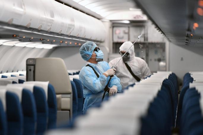 CLIP: Cận cảnh khử trùng máy bay trong dịch virus corona - Ảnh 10.