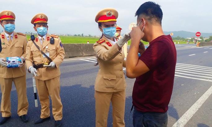 CSGT Quảng Bình chặn hàng ngàn ôtô để phát khẩu trang phòng dịch - Ảnh 2.