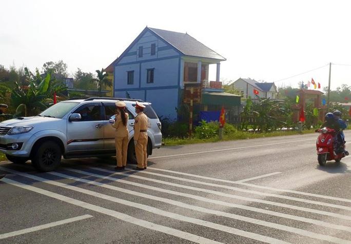 CSGT Quảng Bình chặn hàng ngàn ôtô để phát khẩu trang phòng dịch - Ảnh 1.
