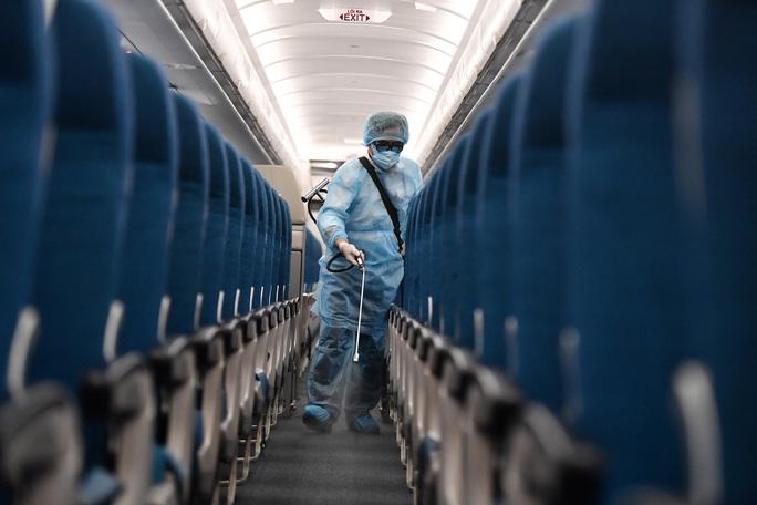CLIP: Cận cảnh khử trùng máy bay trong dịch virus corona - Ảnh 13.