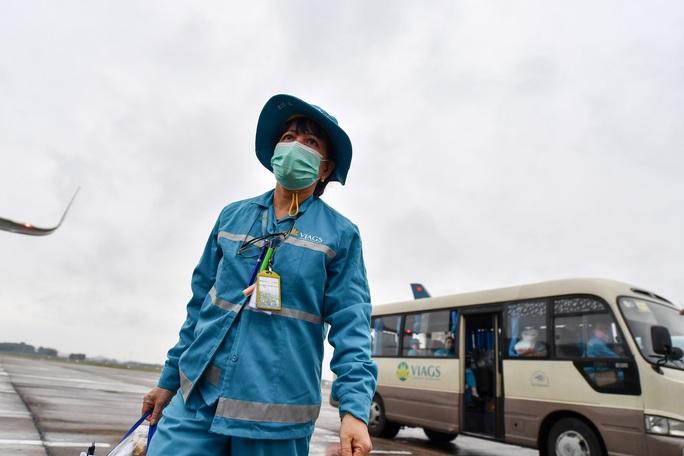 CLIP: Cận cảnh khử trùng máy bay trong dịch virus corona - Ảnh 16.