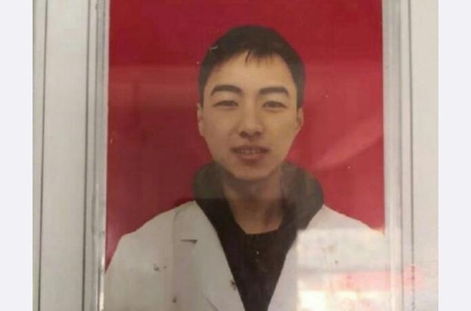 Bác sĩ 28 tuổi đột tử do kiệt sức sau 10 ngày đối phó virus corona  - Ảnh 1.