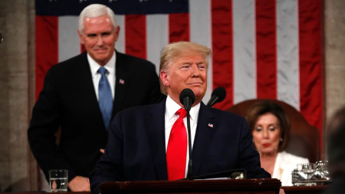 Mở đầu thông điệp liên bang Mỹ, Tổng thống Trump không bắt tay bà Pelosi - Ảnh 2.