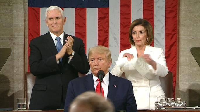 Mở đầu thông điệp liên bang Mỹ, Tổng thống Trump không bắt tay bà Pelosi - Ảnh 3.