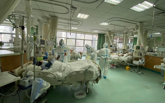 Bé mới sinh 30 giờ cũng bị nhiễm virus corona - Ảnh 2.