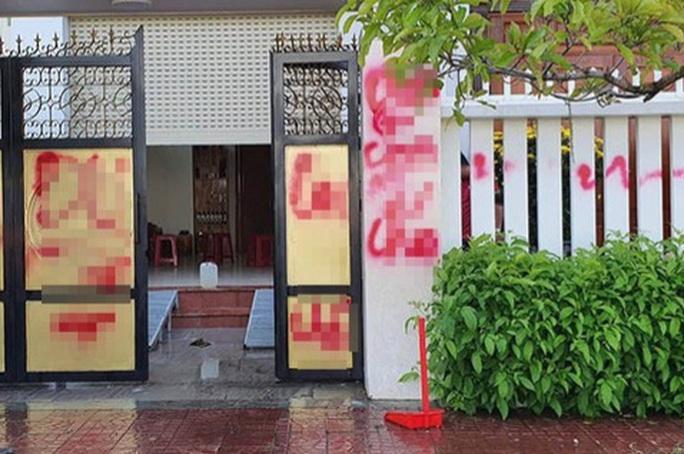 Phú Yên: Nhà riêng giám thị trại giam Bộ Công an bị tạt chất bẩn - Ảnh 1.