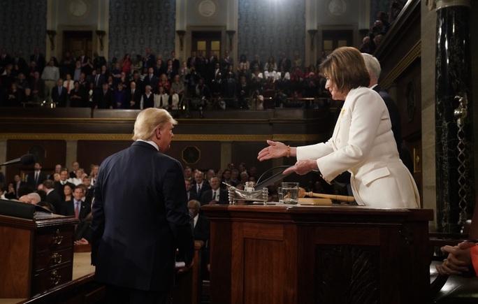 Tổng thống Trump – bà Pelosi: Đụng độ vượt ngoài kiểm soát - Ảnh 2.