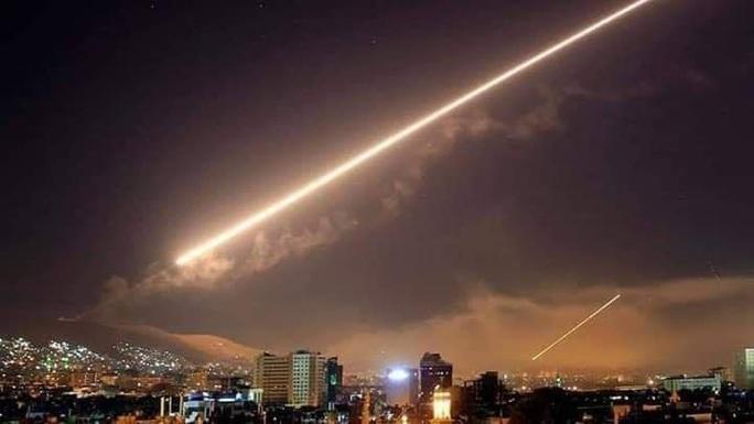 Phòng không Syria chặn tên lửa, thủ đô Damascus rung chuyển - Ảnh 2.