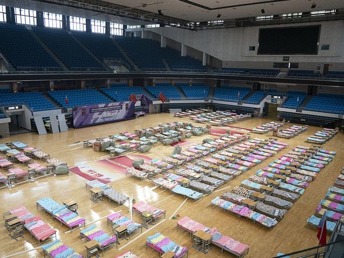 Virus corona: Trung Quốc xây bệnh viện thần tốc nhưng vẫn thiếu giường bệnh - Ảnh 1.