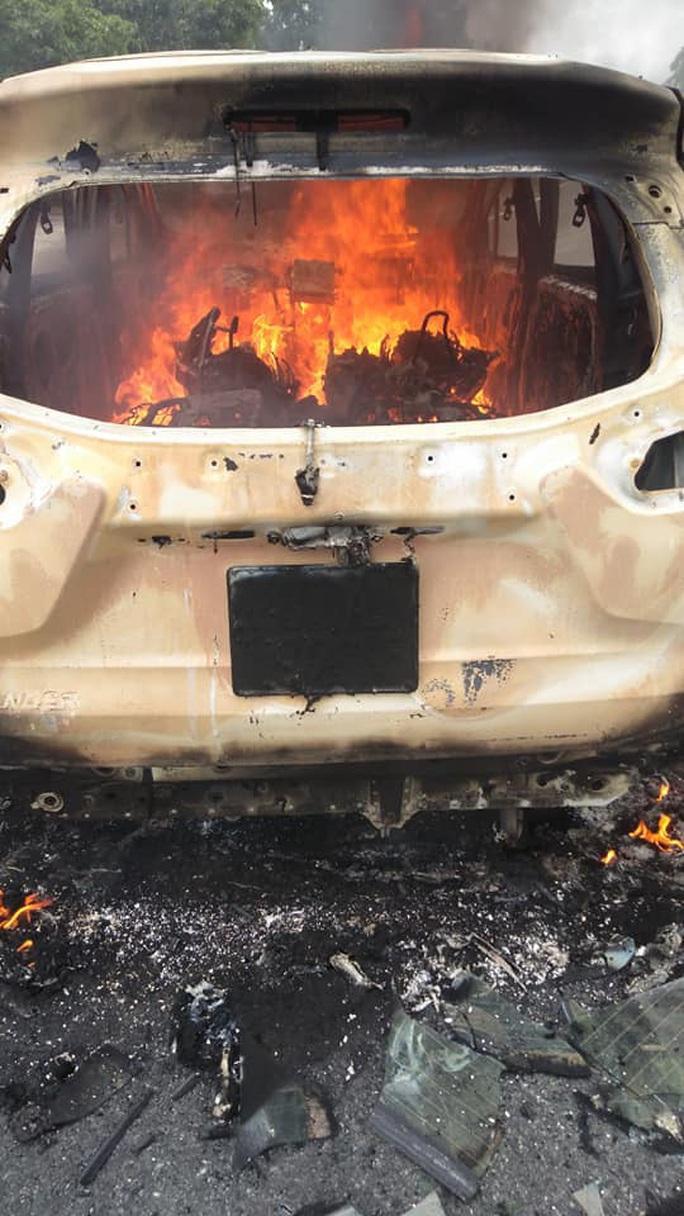 Ôtô bốc cháy sau tiếng nổ lớn, 2 người tử vong trong xe ở Quảng Nam - Ảnh 1.