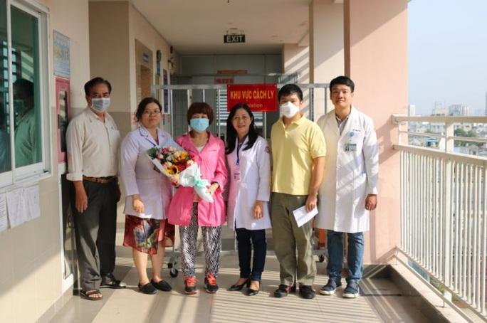 Chàng trai Trung Quốc hết nhiễm virus corona đón mẹ về - Ảnh 2.