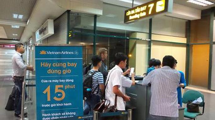 Tranh chỗ xếp hàng, 4 phụ nữ lao vào xô xát ngay cửa ra máy bay ở Nội Bài - Ảnh 1.