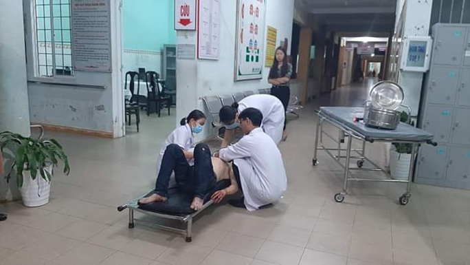 Xe máy lao vào 3 người đang đi bộ trong đêm, khiến 4 người bị thương - Ảnh 1.