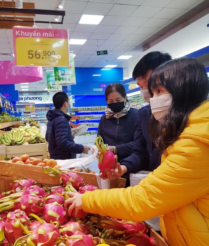 Hàng loạt siêu thị hỗ trợ nhà vườn bán thanh long, dưa hấu - Ảnh 1.