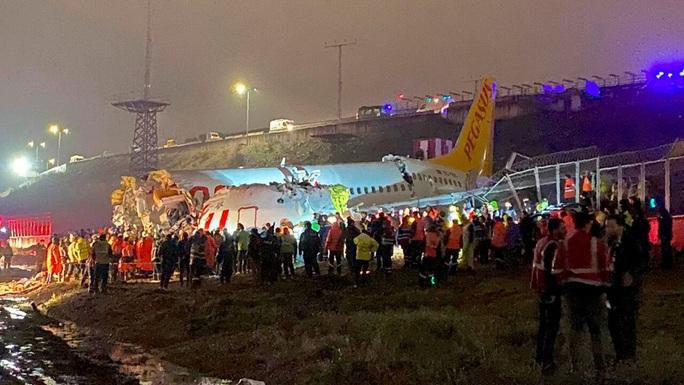 Máy bay gãy làm 3 khi hạ cánh, 3 người thiệt mạng - Ảnh 1.