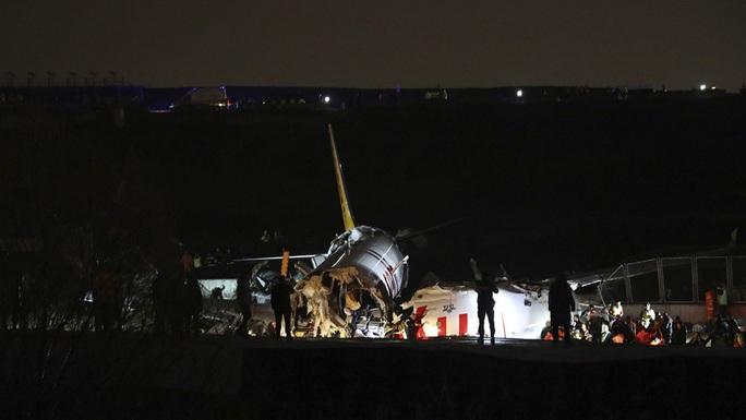 Máy bay gãy làm 3 khi hạ cánh, 3 người thiệt mạng - Ảnh 2.