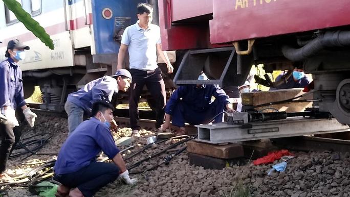 Bình Thuận: Tàu hoả trật đường ray, đường sắt tê liệt - Ảnh 2.