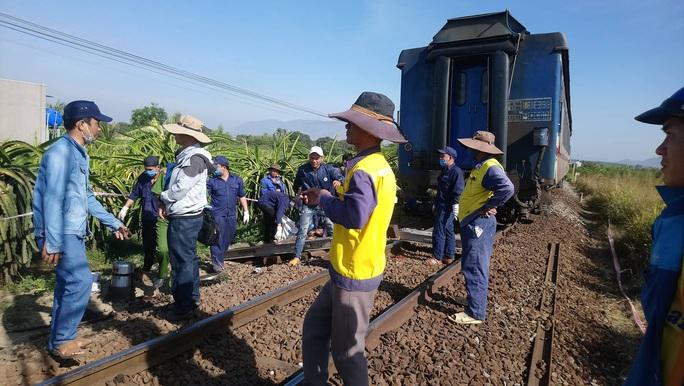 Bình Thuận: Tàu hoả trật đường ray, đường sắt tê liệt - Ảnh 3.