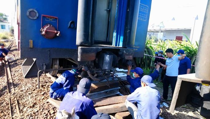 Bình Thuận: Tàu hoả trật đường ray, đường sắt tê liệt - Ảnh 1.