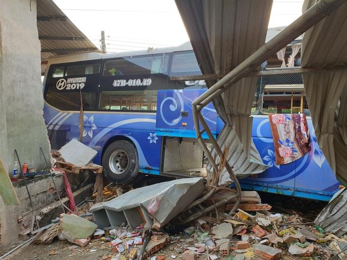 Tai nạn thảm khốc giữa xe tải và xe khách ở Bình Dương - Ảnh 3.