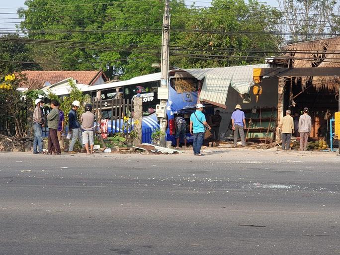 Tai nạn thảm khốc giữa xe tải và xe khách ở Bình Dương - Ảnh 2.