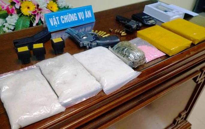 Đột kích ổ buôn bán ma túy thu 3 kg ma túy đá, 2 bánh heroin cùng 3 khẩu súng ngắn - Ảnh 1.