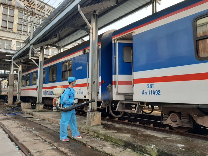 Hình ảnh phun thuốc khử trùng các đoàn tàu về ga Sài Gòn - Ảnh 5.