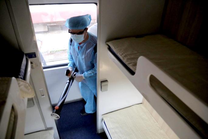 Hình ảnh phun thuốc khử trùng các đoàn tàu về ga Sài Gòn - Ảnh 3.