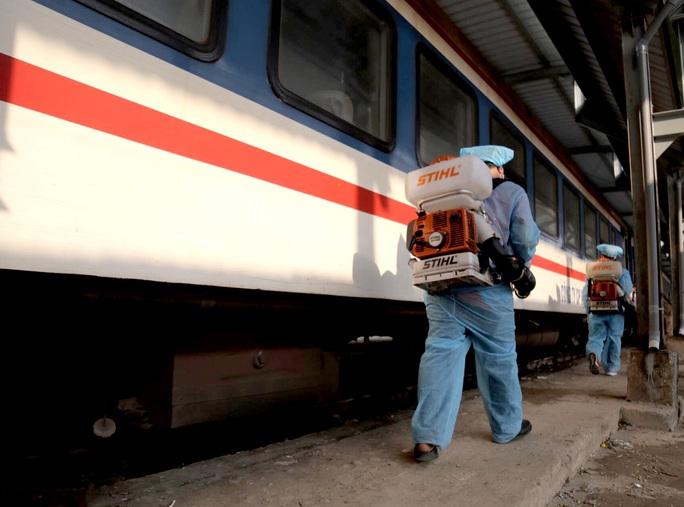 Hình ảnh phun thuốc khử trùng các đoàn tàu về ga Sài Gòn - Ảnh 1.