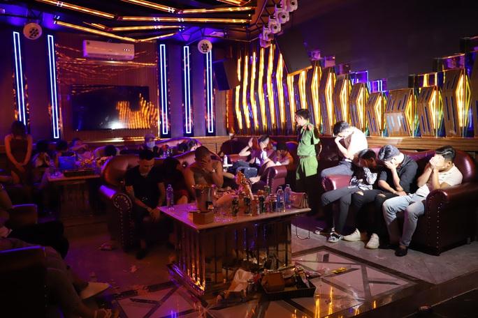 26 thanh niên đi hát karaoke, chỉ 1 người không chơi ma túy - Ảnh 1.