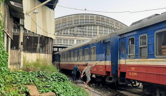 Hình ảnh phun thuốc khử trùng các đoàn tàu về ga Sài Gòn - Ảnh 4.
