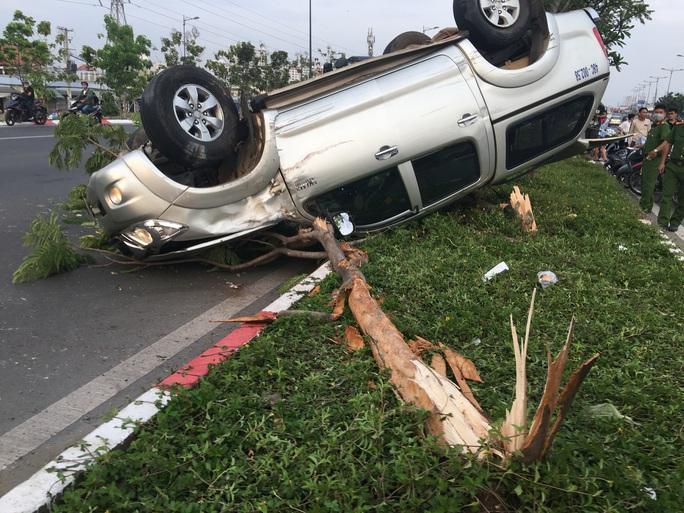 Chạy nhanh, xe bán tải bị nạn trên đại lộ Phạm Văn Đồng, 5 người cấp cứu - Ảnh 2.