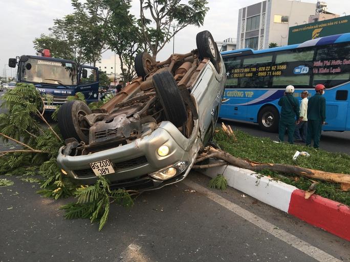 Chạy nhanh, xe bán tải bị nạn trên đại lộ Phạm Văn Đồng, 5 người cấp cứu - Ảnh 1.