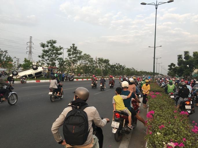 Chạy nhanh, xe bán tải bị nạn trên đại lộ Phạm Văn Đồng, 5 người cấp cứu - Ảnh 3.
