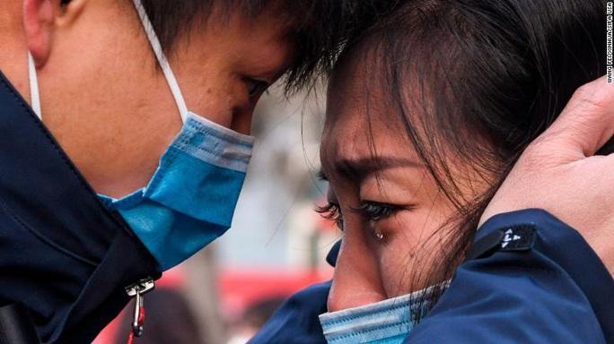 Virus corona đục khoét tuyến đầu chống dịch trong bệnh viện Trung Quốc - Ảnh 1.