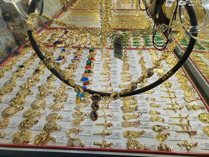 Cuối tuần, giá vàng trong nước tiếp tục nhảy vọt - Ảnh 1.