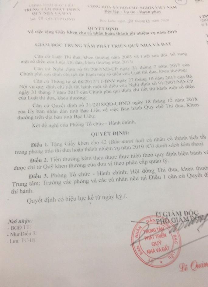 Bị cảnh cáo, phó giám đốc vẫn... giơ cao giấy khen do mình tự ký - Ảnh 3.