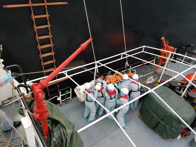 Cận cảnh treo dây cáp trên biển, cứu nạn thuyền viên Philippines - Ảnh 4.