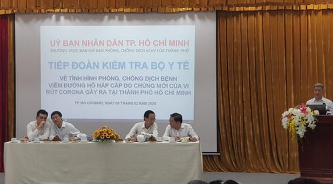 Thứ trưởng Bộ Y tế trò chuyện qua bộ đàm với Việt kiều nhiễm virus corona - Ảnh 1.