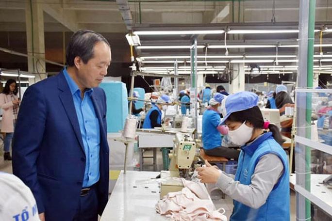 Động viên công nhân sản xuất khẩu trang mùa dịch - Ảnh 1.