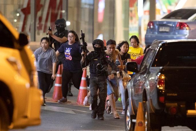 """Thái Lan choáng váng trước tay súng """"nổi điên"""", khiến 26 người chết - Ảnh 1."""