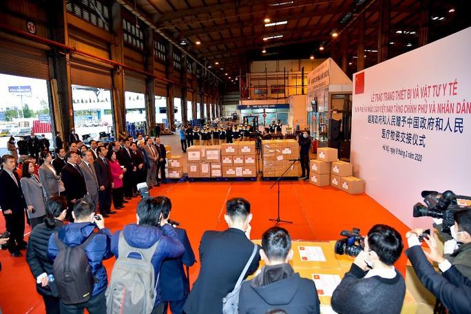 Trao trang thiết bị, vật tư, y tế của Việt Nam tặng Trung Quốc - Ảnh 1.