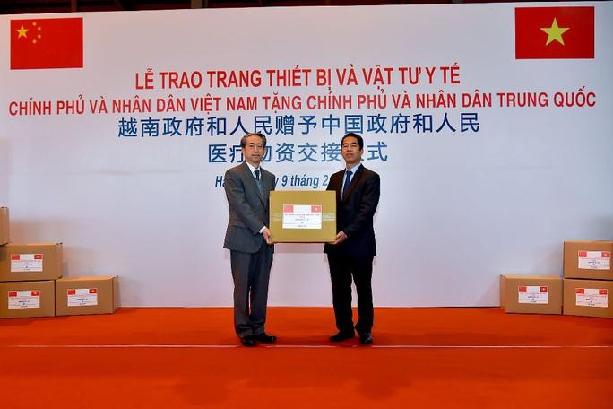 Trao trang thiết bị, vật tư, y tế của Việt Nam tặng Trung Quốc - Ảnh 2.
