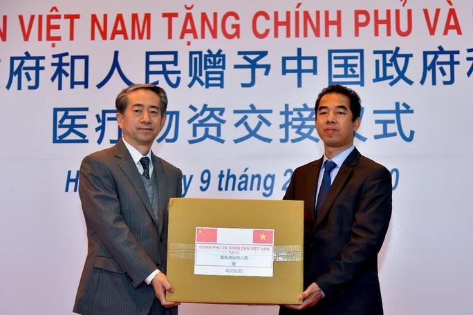 Trao trang thiết bị, vật tư, y tế của Việt Nam tặng Trung Quốc - Ảnh 3.