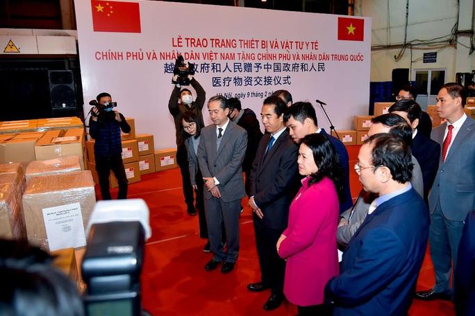 Trao trang thiết bị, vật tư, y tế của Việt Nam tặng Trung Quốc - Ảnh 4.