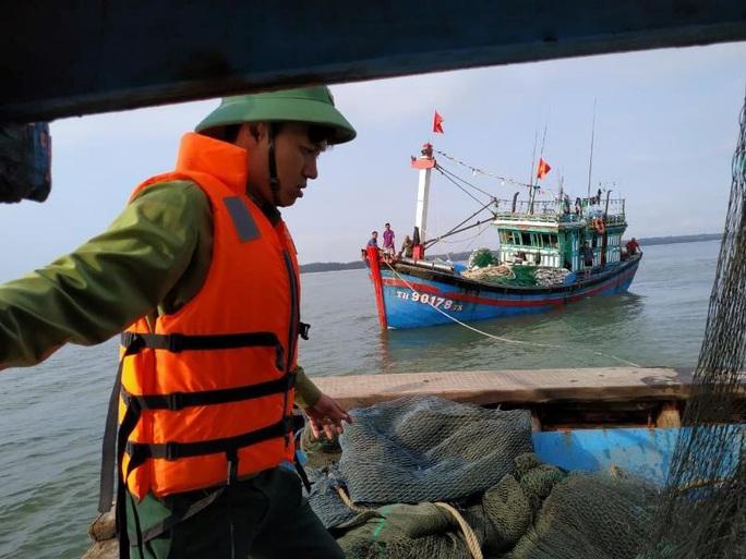 Cứu hộ tàu cá mắc cạn ở cửa biển Thuận An - Ảnh 1.