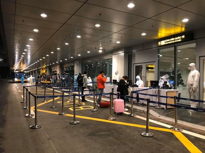 Hơn 400 người từ Hàn Quốc vừa xuống sân bay Vân Đồn được cách ly tại Quảng Ninh - Ảnh 2.