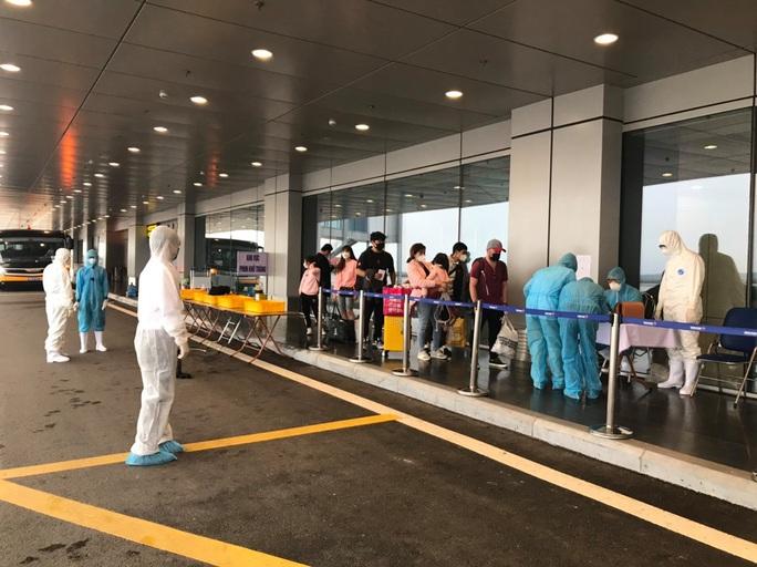 Các chuyến bay về từ Hàn Quốc được đón theo quy trình đặc biệt thế nào? - Ảnh 1.